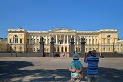 Ett par av turister tar bilder av den främre ingången till Arkivbild