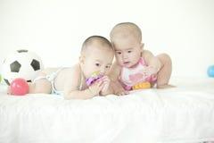 Ett par av twinborn behandla som ett barn Arkivbild