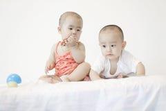 Ett par av twinborn behandla som ett barn Royaltyfria Foton