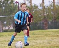 Ett par av ungdomfotbollspelare konkurrerar Arkivfoton