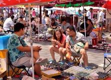Ett par av vänner på gatan som köper jadearmbandet Royaltyfri Foto
