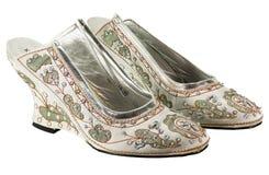 Ett par av vit skor rikt sequined arkivbild