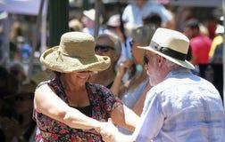 Ett par dansar till musikbandet Manzanares i Santa Fe Arkivfoto