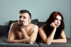 Ett par, en man och en kvinna ligger i s?ng utan sexuell lust, apati, f?r?lskelse ?r ?ver F?rspelet i s?ng, brist av k?nsbest?mme arkivfoton