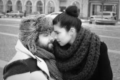 Ett par i retro stilnäskyss Arkivfoto