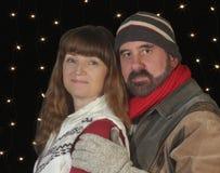 Ett par i vinterkläder Snuggle tillsammans Arkivbild