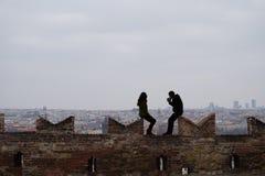 Ett par på en hög slotts vägg Fotografering för Bildbyråer