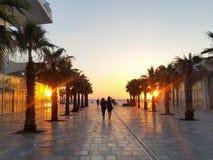 Ett par som går att hålla ögonen på solnedgången på invallningen av Bat Yam, Israel fotografering för bildbyråer