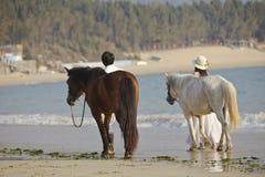 Ett par som går på stranden Royaltyfri Foto