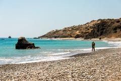 Ett par som kysser på en strand nära Aphrodite Rock i Cypern Arkivfoton