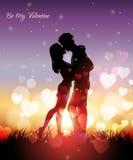 Ett par som kysser på solnedgången Royaltyfria Foton