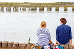 Ett par som sitter på den Southwold hamnen arkivfoto