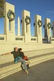 Ett par som sitter på U S Krig för värld för världskrig II minnes- fira minnet av II, Washington D C Arkivfoto
