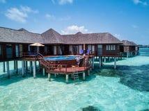 Ett par som tycker sig om i Maldiverna royaltyfri fotografi