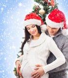 Ett par som väntar på behandla som ett barn på jul royaltyfria bilder