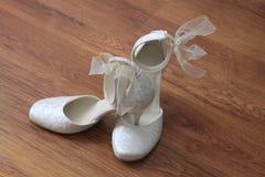 Bröllop skor anseende på däcka Arkivbilder