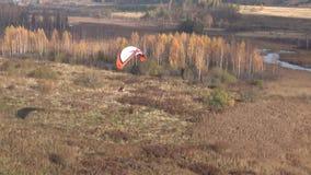 Ett paraglidingflyg över den Izborsk-Malsky dalen Pskov region, Ryssland lager videofilmer
