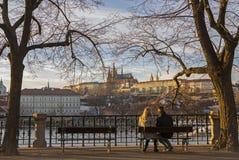 Ett parsammanträde på en bänk i Prague Arkivfoton