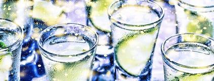 Ett parti i klubban Coctailar på stången _ Vodka, gin, tequila med is och limefrukt Alkoholiserad coctailcoctail selektivt royaltyfri fotografi