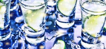 Ett parti i klubban Coctailar på stången _ Vodka, gin, tequila med is och limefrukt Alkoholiserad coctailcoctail selektivt arkivfoto
