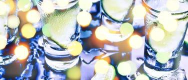 Ett parti i klubban Coctailar på stången _ Vodka, gin, tequila med is och limefrukt Alkoholiserad coctailcoctail selektivt arkivfoton