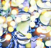 Ett parti i klubban Coctailar på stången _ Vodka, gin, tequila med is och limefrukt Alkoholiserad coctailcoctail selektivt royaltyfri bild