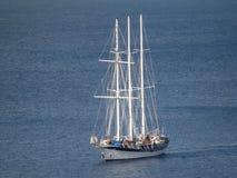 Ett passagerareseglingskepp som skriver in den amiralitetet fjärden på bequia Royaltyfria Bilder