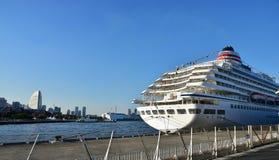 Ett passagerareskepp och en blå himmel av porten Royaltyfri Bild