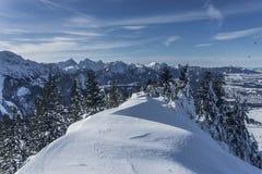 Ett perfekt winterday i de Allgäu fjällängarna royaltyfri fotografi