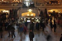 Ett personanseende i den Grand Central terminalen, New York City arkivfoton