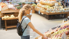Ett personeval bär frukt i greengrocery stock video