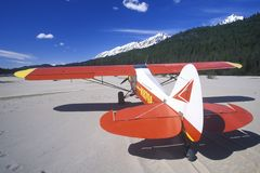 Ett Piper Bush flygplan i den Sanka Elias National Park, Alaska Royaltyfria Bilder