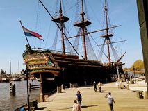 Ett piratkopieraskepp i vattnet av Amsterdam arkivfoto