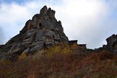 Ett pittoreskt landskap på berglutningarna Arkivfoto