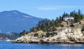 Ett placerat stort härligt hus förbise havet i Howe Sound, British Columbia, Kanada fotografering för bildbyråer