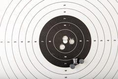 Ett pneumatiskt vapen på en trätabell på en skjutbana Skyttetillbehören behövde för att skjuta sportar royaltyfri fotografi