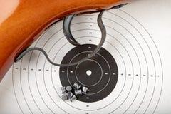 Ett pneumatiskt vapen på en trätabell på en skjutbana Skyttetillbehören behövde för att skjuta sportar royaltyfria bilder