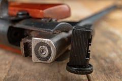 Ett pneumatiskt vapen på en trätabell på en skjutbana Skyttetillbehören behövde för att skjuta sportar arkivbilder