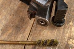 Ett pneumatiskt vapen på en trätabell på en skjutbana Skyttetillbehören behövde för att skjuta sportar fotografering för bildbyråer