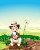Ett pojkesammanträde ovanför en stubbe som rymmer en förstoringslins Fotografering för Bildbyråer