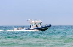 Ett polisfartyg deltar i ett maritimt ståtar i medelhavet av kusten av Haifa i heder av den 70th årsdagnollan arkivfoton