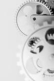 Ett precisionmaskineri av silver färgade kugghjul i en bakgrund Royaltyfria Bilder