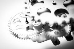 Ett precisionmaskineri av silver färgade kugghjul i en bakgrund Royaltyfri Fotografi