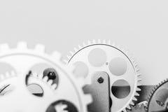 Ett precisionmaskineri av silver färgade kugghjul i en bakgrund Royaltyfri Foto