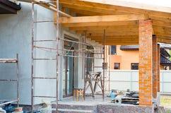 Ett privat hus konstrueras Byggande av ett privat hus w royaltyfri fotografi