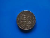 Ett pundGBP mynt, Förenade kungariket UK över blått Royaltyfria Bilder