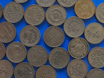 Ett pundGBP mynt, Förenade kungariket UK över blått Royaltyfri Foto