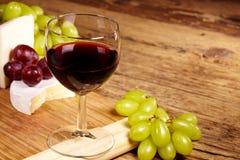 Ett rött exponeringsglas av vin royaltyfria bilder