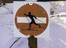 Ett rött förbjudet riktningstecken att bevara det arga landet skidar tr Royaltyfri Bild