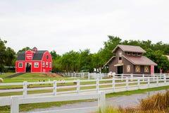 Ett rött hus i fårlantgården Royaltyfri Bild